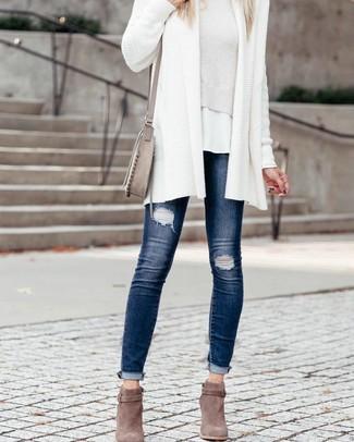 Comment porter: gilet en tricot blanc, pull court blanc, t-shirt à col rond blanc, jean skinny déchiré bleu marine