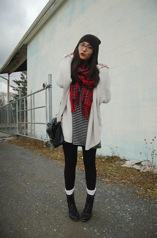 Comment porter: gilet en tricot blanc, robe décontractée à rayures horizontales noire et blanche, leggings noirs, bottines plates à lacets en cuir noires