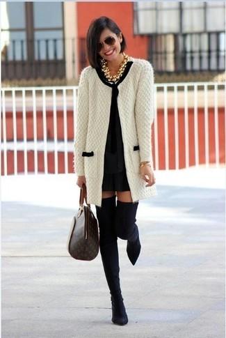 Comment porter: gilet en tricot blanc et noir, robe droite noire, cuissardes en daim noires, sac fourre-tout en cuir imprimé marron foncé