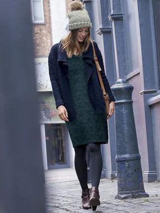 Comment porter: gilet en tricot bleu marine, robe fourreau à fleurs vert foncé, bottines en cuir marron foncé, sac bandoulière en cuir marron clair