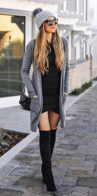 Comment porter: gilet gris, robe moulante noire, cuissardes en daim noires, sac bandoulière en cuir matelassé noir