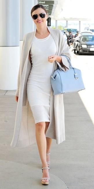 Tenue de Miranda Kerr: Gilet gris, Robe moulante blanche, Sandales à talons en cuir grises, Cartable en cuir bleu clair