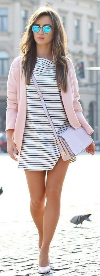 Comment porter: gilet rose, robe trapèze à rayures horizontales blanche et noire, escarpins en cuir beiges, sac bandoulière en cuir violet clair
