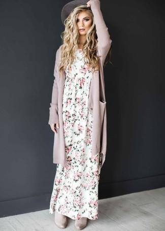 Comment porter: gilet rose, robe longue à fleurs blanche, bottines chelsea en daim grises, chapeau gris