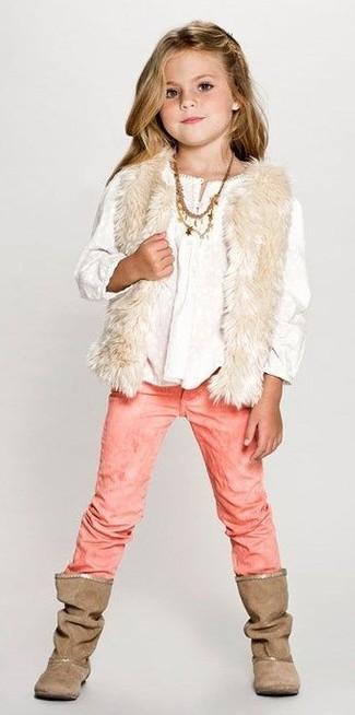 Comment porter: gilet sans manches en fourrure beige, chemise de ville blanche, jean rose, bottes marron