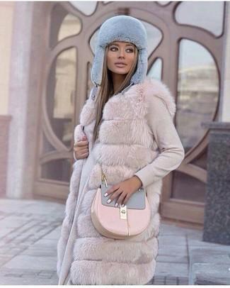 Comment porter: gilet sans manches en fourrure beige, robe-pull beige, sac bandoulière en cuir rose, bonnet en fourrure bleu clair