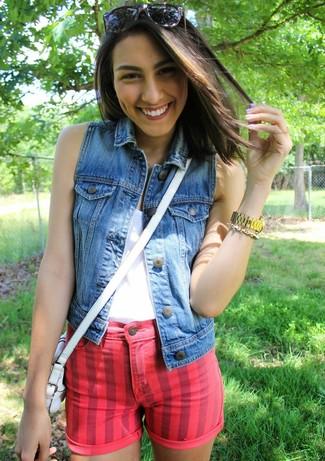 Comment porter un short en denim rouge: Harmonise un gilet sans manches en denim bleu avec un short en denim rouge pour un look de tous les jours facile à porter.