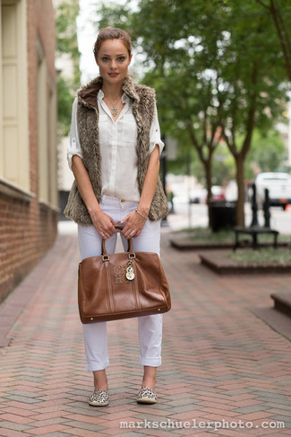 Comment porter  gilet sans manches en fourrure marron, chemise de ville  blanche, jean 45a033664b6