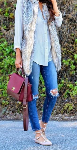 Comment porter: gilet sans manches en fourrure beige, chemise de ville bleu clair, jean skinny déchiré bleu, ballerines en cuir roses