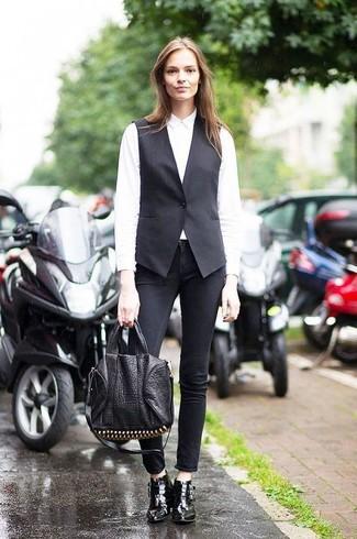 Comment porter: gilet sans manches noir, chemise de ville blanche, jean skinny noir, bottines en cuir noires