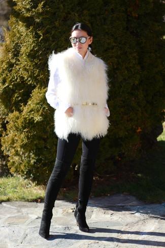 Comment porter: gilet sans manches en fourrure blanc, chemise de ville blanche, jean skinny noir, cuissardes en daim noires