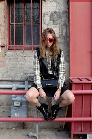 Comment porter: gilet sans manches en cuir noir, chemise de ville écossaise olive, jupe patineuse noire, bottines en cuir noires