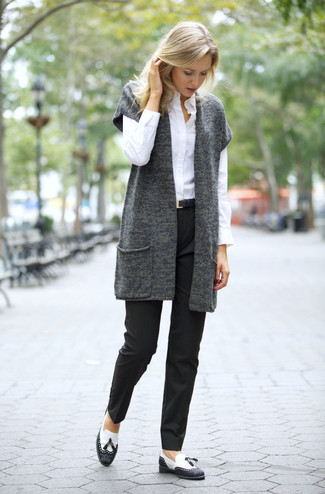 Comment porter: gilet sans manches en tricot gris foncé, chemise de ville blanche, pantalon de costume noir, mocassins à pampilles en cuir noirs et blancs