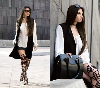 Comment porter: gilet sans manches noir, chemise paysanne blanche, minijupe gris foncé, sandales spartiates hautes en daim noires