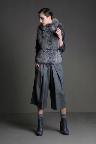 Associe un gilet sans manches en fourrure gris avec une jupe-culotte en laine grise pour un look idéal le week-end. Cet ensemble est parfait avec une paire de des bottines en cuir découpées gris foncé.
