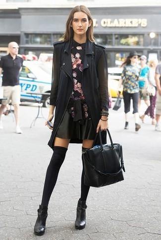 Comment porter un chemisier à manches longues à fleurs: Pour créer une tenue idéale pour un déjeuner entre amis le week-end, pense à marier un chemisier à manches longues à fleurs avec une jupe patineuse en cuir noire. Une paire de des bottines en cuir noires est une option génial pour complèter cette tenue.