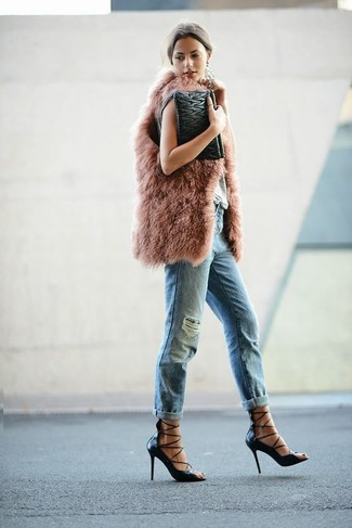 Un gilet sans manches en fourrure rose et une pochette en cuir matelassée noire Rebecca Minkoff sont ta tenue incontournable pour les jours de détente. Termine ce look avec une paire de des escarpins en cuir noirs pour afficher ton expertise vestimentaire.