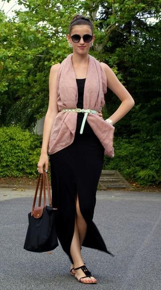 Comment porter: gilet sans manches rose, débardeur noir, jupe longue noire, tongs en daim noires