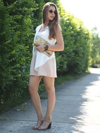 Comment porter: gilet sans manches blanc, débardeur blanc, jupe patineuse beige, sandales compensées en cuir beiges