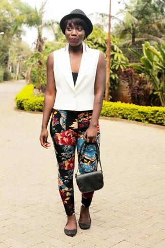 Comment porter: gilet sans manches blanc, débardeur noir, pantalon slim à fleurs noir, ballerines en daim noires