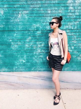 Comment porter un sac bandoulière en daim moutarde: Pense à marier un gilet sans manches en cuir beige avec un sac bandoulière en daim moutarde pour un look confortable et décontracté. Assortis cette tenue avec une paire de des ballerines en daim noires pour afficher ton expertise vestimentaire.