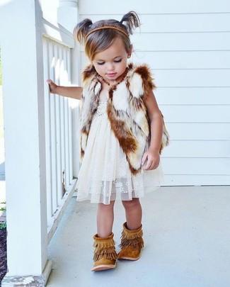 Comment porter: gilet sans manches en fourrure blanc, robe en dentelle blanche, bottes en daim à franges marron clair