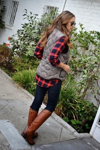 Porte un gilet sans manches matelassé gris et un jean skinny bleu marine pour un look de tous les jours facile à porter. Transforme-toi en bête de mode et fais d'une paire de des bottes hauteur genou en cuir tabac ton choix de souliers.
