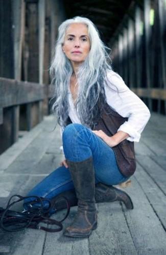 Comment porter: gilet sans manches en cuir gris foncé, chemise de ville blanche, jean skinny bleu, bottes mi-mollet en cuir gris foncé