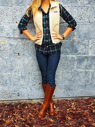 Harmonise un gilet sans manches en velours côtelé brun clair avec un jean skinny bleu marine pour un look de tous les jours facile à porter. Habille ta tenue avec une paire de des bottes hauteur genou en cuir tabac.