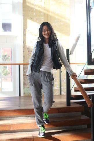 Comment porter: gilet sans manches en cuir noir, t-shirt à col rond blanc, pantalon de jogging gris, baskets montantes noires