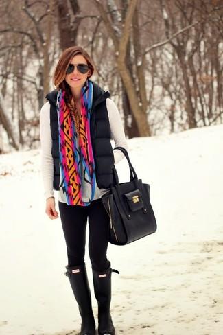 Comment porter: gilet sans manches matelassé noir, pull à col en v blanc, leggings noirs, bottes de pluie noires