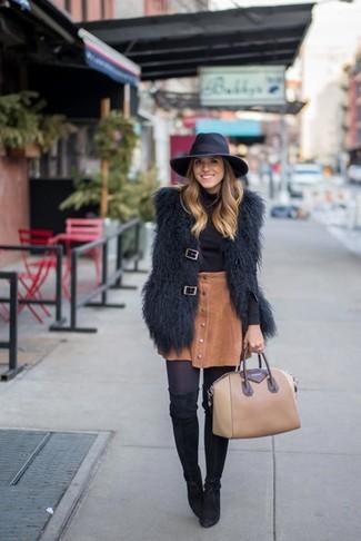 Comment porter: gilet sans manches en fourrure noir, pull à col roulé noir, jupe boutonnée en velours côtelé marron, cuissardes en daim noires