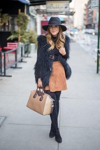 Comment porter: gilet sans manches en fourrure noir, pull à col roulé noir, jupe boutonnée en daim marron clair, cuissardes en daim noires