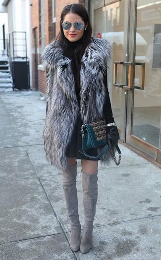 Comment porter: gilet sans manches en fourrure gris, pull à col roulé noir, jupe patineuse noire, cuissardes en daim grises