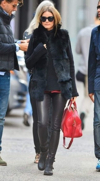 Tenue de Olivia Palermo: Gilet sans manches en fourrure noir, Pull à col roulé en tricot noir, Pantalon slim en cuir noir, Bottines en cuir noires