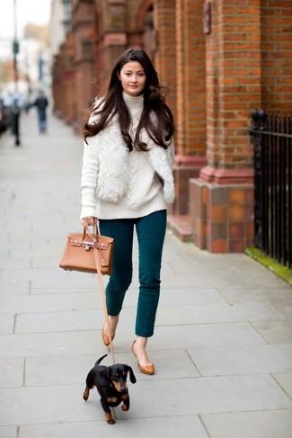Comment porter: gilet sans manches en fourrure blanc, pull à col roulé en tricot blanc, pantalon slim bleu canard, escarpins en cuir tabac