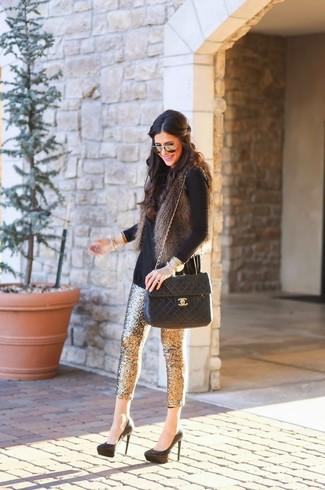 Comment porter: gilet sans manches en fourrure gris foncé, pull à col roulé noir, pantalon slim pailleté doré, escarpins en daim noirs