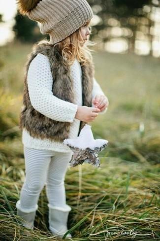 Comment porter: gilet sans manches en fourrure marron, pull blanc, leggings blancs, bottes grises