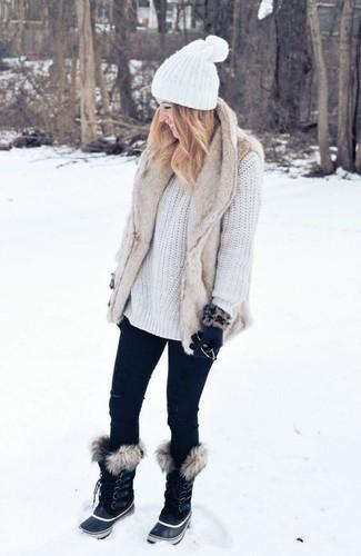 Comment porter: gilet sans manches en fourrure beige, pull surdimensionné en tricot blanc, jean skinny noir, bottes d'hiver noires