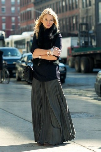 Comment porter: gilet sans manches en fourrure noir, pull surdimensionné bleu marine, jupe longue plissée gris foncé, bottines en daim marron foncé