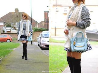 Comment porter: gilet sans manches blanc, pull surdimensionné en tricot gris, jupe patineuse á pois bleu marine et blanc, cuissardes en daim noires