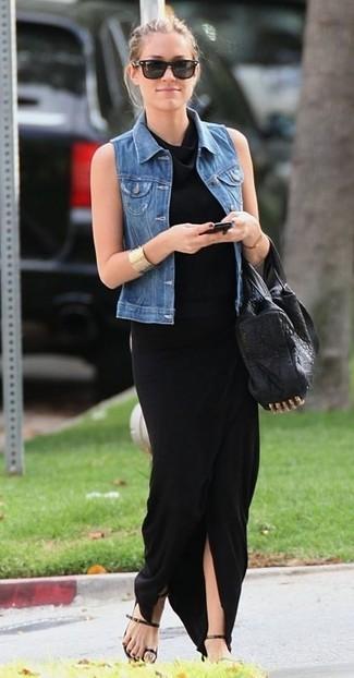 Comment porter: gilet sans manches en denim bleu, robe longue noire, sandales plates en cuir noires, sac fourre-tout en cuir à clous noir