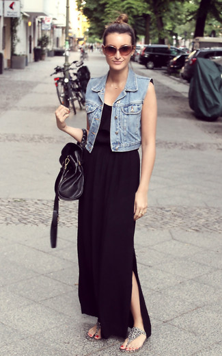 Comment porter une robe longue noire: Essaie d'associer une robe longue noire avec un gilet sans manches en denim bleu clair pour une impression décontractée. Jouez la carte décontractée pour les chaussures et fais d'une paire de des tongs imprimées léopard grises ton choix de souliers.