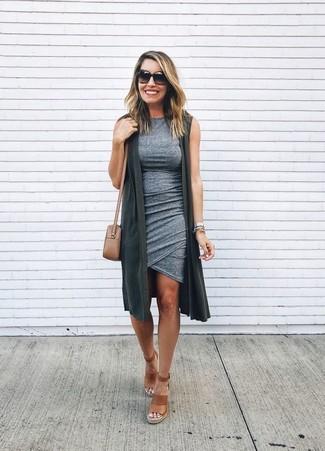 Comment porter: gilet sans manches gris foncé, robe moulante grise, sandales compensées en cuir marron, sac bandoulière en cuir marron clair