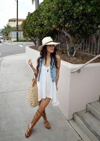 Comment porter: gilet sans manches en denim bleu clair, robe trapèze blanche, sandales spartiates hautes en cuir marron, sac fourre-tout en crochet beige