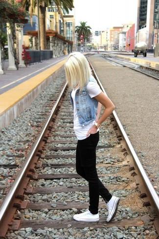 Comment porter: gilet sans manches en denim bleu clair, t-shirt à col en v blanc, jean skinny noir, baskets basses blanches