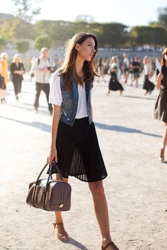 Ce combo d'un gilet sans manches en denim bleu marine et d'une jupe mi-longue en chiffon plissée noire attirera l'attention pour toutes les bonnes raisons. Complète ce look avec une paire de des sandales compensées en daim brunes.