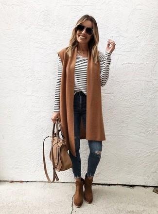 Comment porter: gilet sans manches en laine marron clair, t-shirt à manche longue à rayures horizontales blanc et noir, jean skinny déchiré bleu marine, bottines en daim marron