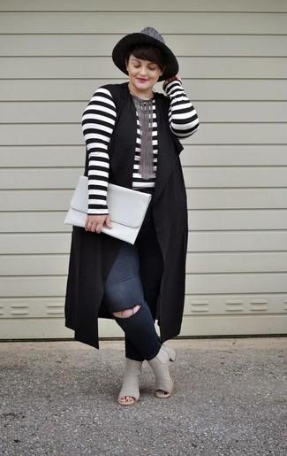 Comment porter: gilet sans manches noir, t-shirt à manche longue à rayures horizontales blanc et noir, jean skinny déchiré noir, bottines en cuir découpées grises