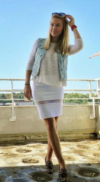 Porte un gilet sans manches en denim bleu clair et une jupe crayon blanche pour obtenir un look relax mais stylé. Transforme-toi en bête de mode et fais d'une paire de des mocassins à pampilles en daim imprimés léopard bruns clairs ton choix de souliers.